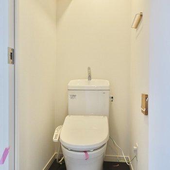 居室側の扉はトイレに通じています。ストックはラックに収納可能。