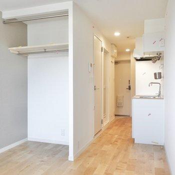 キッチンの手前に冷蔵庫を置くスペースがありますよ。