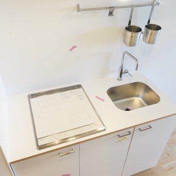 シンプルにまとまったキッチン。綺麗に使って生活感を抑えましょう。