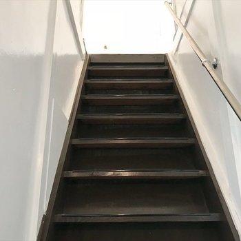 階段を上がって二階へ。※写真は同間取り・別部屋のものです。