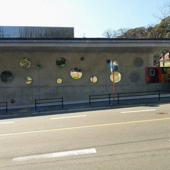 目の間の動物園前バス停からの景色。博多や天神に直通のバスが通っています。