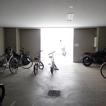 共用部】建物奥に駐輪場です。