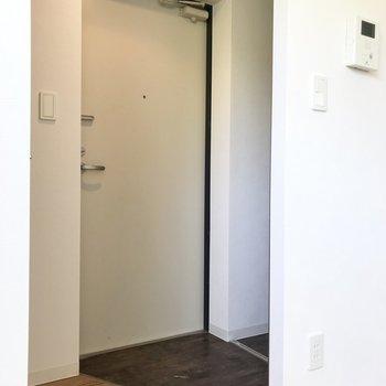 玄関、狭そうだけどこれくらいで十分!※写真は同間取り別部屋のもの