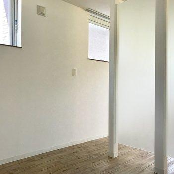 半透明の仕切りの向こうは寝室※写真は同間取り別部屋のもの