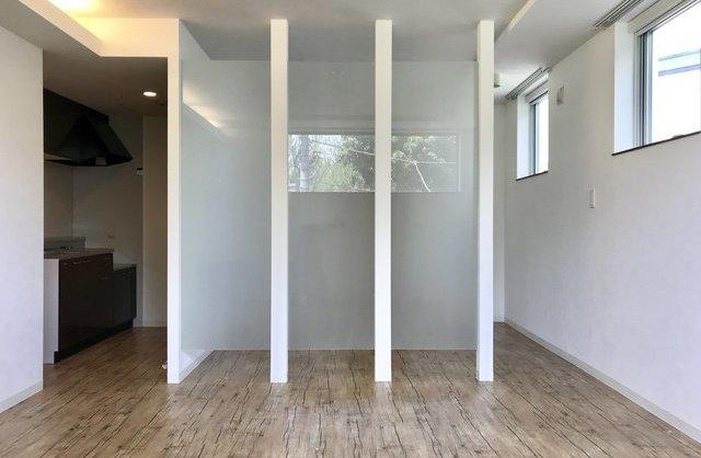 透明な扉の内観