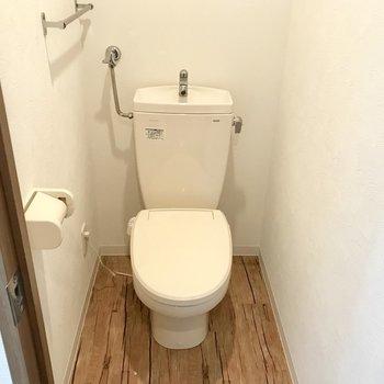 トイレはウォシュレットないんです…でも、暖房便座ですよ!※写真は同間取り別部屋のもの