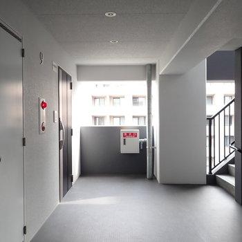 共用部】幅のある廊下です。