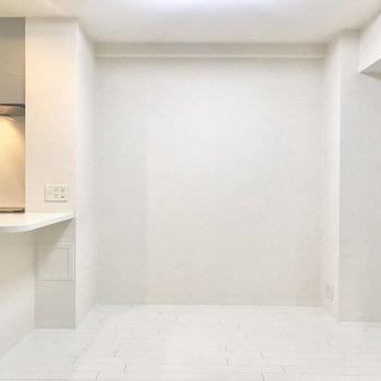 【LDK8帖】壁も床もみんな真っ白。ダイニングテーブルを置く広さは有ります。※写真は4階類似間取り・別部屋のものです