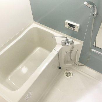 洗濯パンの向かいがお風呂。ブルーの細いストライプクロスが清潔感あります。※写真は4階類似間取り・別部屋のものです