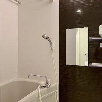浴室乾燥機付きです。ゆったり浸かれる広さはあります。
