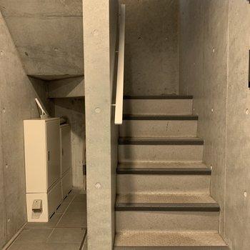 お部屋までは階段です。大きい荷物の際は階段幅のご確認を。