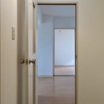玄関入ってカクっと曲がってリビングへ。