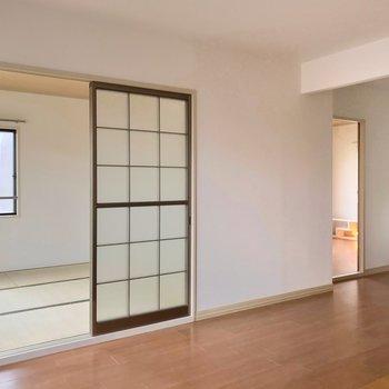 リビングの隣には和室と洋室が1部屋ずつ。