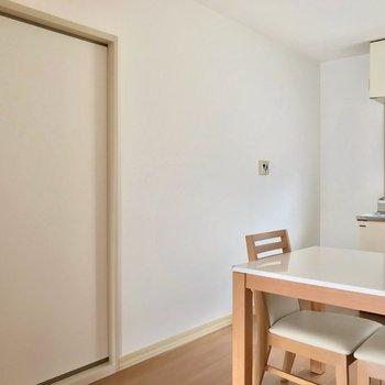 洋室も襖で仕切られています。壁には給湯器のリモコンも◯(※写真の家具・小物は見本です)
