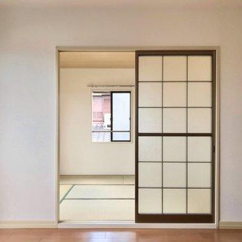 和室はすりガラスの戸で仕切られています。レトロな雰囲気がいいですね。
