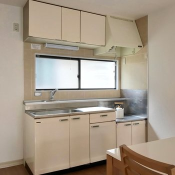 冷蔵庫置場はシンク側に。(※写真の小物は見本です)