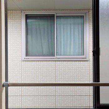 目の前はお隣の建物。カーテンはしっかり用意しておきたいですね。