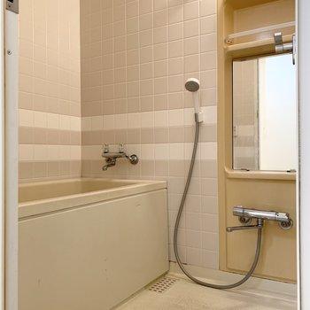 浴室はタイル調で、可愛い雰囲気に。※写真は1階の同間取り別部屋のものです