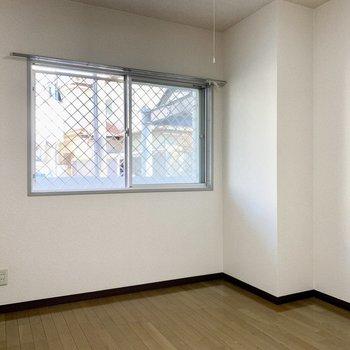 【洋室5.5帖】書斎部屋としても。※写真は1階の同間取り別部屋のものです