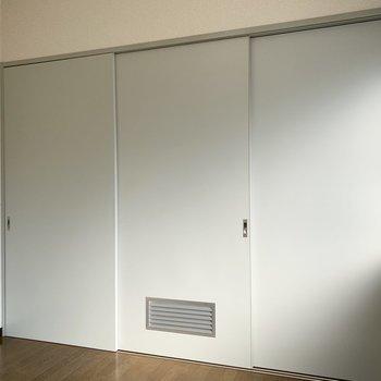 【洋室4.5帖】もちろんしっかりしめることも。※写真は1階の同間取り別部屋のものです