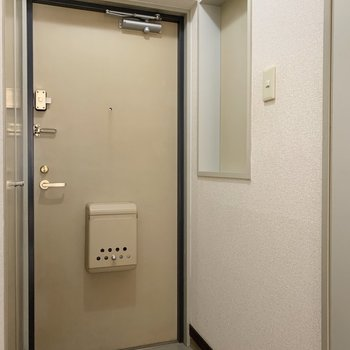 玄関にはちょっとしたスペースも。※写真は1階の同間取り別部屋のものです