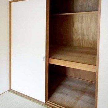 【和室】押入れもたくさん物が入ります。※写真は1階の同間取り別部屋のものです
