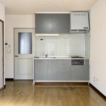 【DK】続いてキッチンへ。※写真は1階の同間取り別部屋のものです
