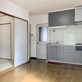 【DK】淡いブルー色のキッチンが爽やかな感じに。※写真は1階の同間取り別部屋のものです