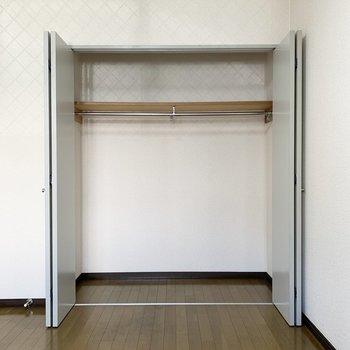 【洋室5.5帖】クローゼットは洋服が掛けられるように。※写真は1階の同間取り別部屋のものです
