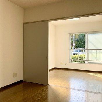 【DK】扉は左右どちらにも開けることができます。※写真は1階の同間取り別部屋のものです