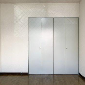 【洋室5.5帖】落ち着いた色合いになっています。※写真は1階の同間取り別部屋のものです