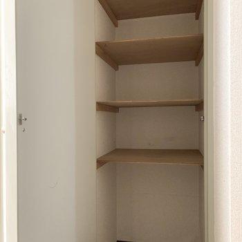 廊下にも収納があるんですよ〜※写真は1階の同間取り別部屋のものです