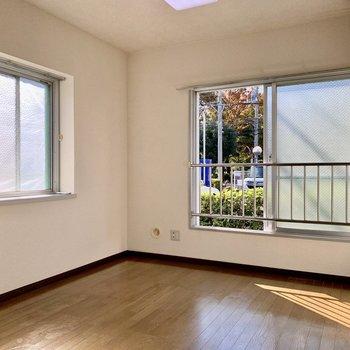 【洋室4.5帖】2面採光で明るさも良好です。※写真は1階の同間取り別部屋のものです