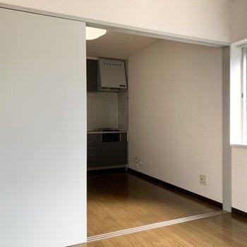 【洋室4.5帖】扉を開けて、LDKのような使い方も。※写真は1階の同間取り別部屋のものです