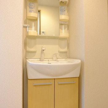 黄色が可愛い洗面台(※写真は1階の反転間取り別部屋のものです)