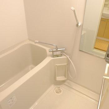 お風呂もきれいです、浴室乾燥機付き!(※写真は1階の反転間取り別部屋のものです)
