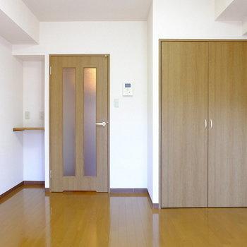 シンプルに落ち着く空間(※写真は1階の反転間取り別部屋のものです)