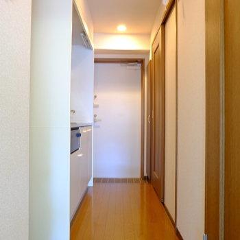廊下にキッチンや水回りが集まっています(※写真は1階の反転間取り別部屋のものです)