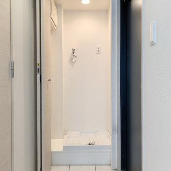 【下階】玄関前に洗濯機置き場。扉で隠せます。