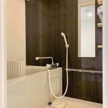 【下階】浴室乾燥機付きの浴室です。