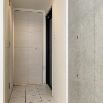 【下階】玄関もゆったりとした広さです。
