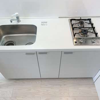【下階】2口コンロで調理スペースもあります。