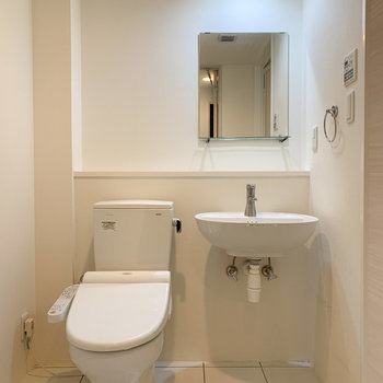 【下階】洗面台とトイレはまとまっています。
