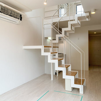 【下階】階段下も収納スペースなどに使えそうです。