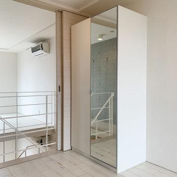 【上階】収納は鏡付きなんですよ。