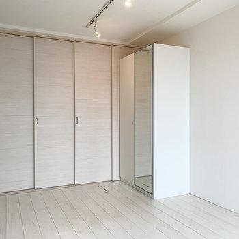 【上階】寝るときは、しっかりと扉をしめることもできます。