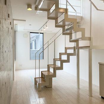 【下階】繊細さのあるカッコいい階段です◯