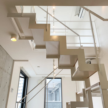【下階】キッチンからは、上の階も見渡せます。