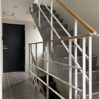 玄関開けると、階段がすぐあります。