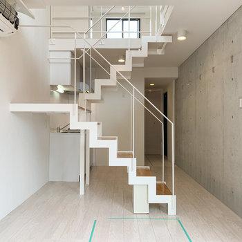〈メゾネット×コンクリ〉に繊細さを感じる階段。
